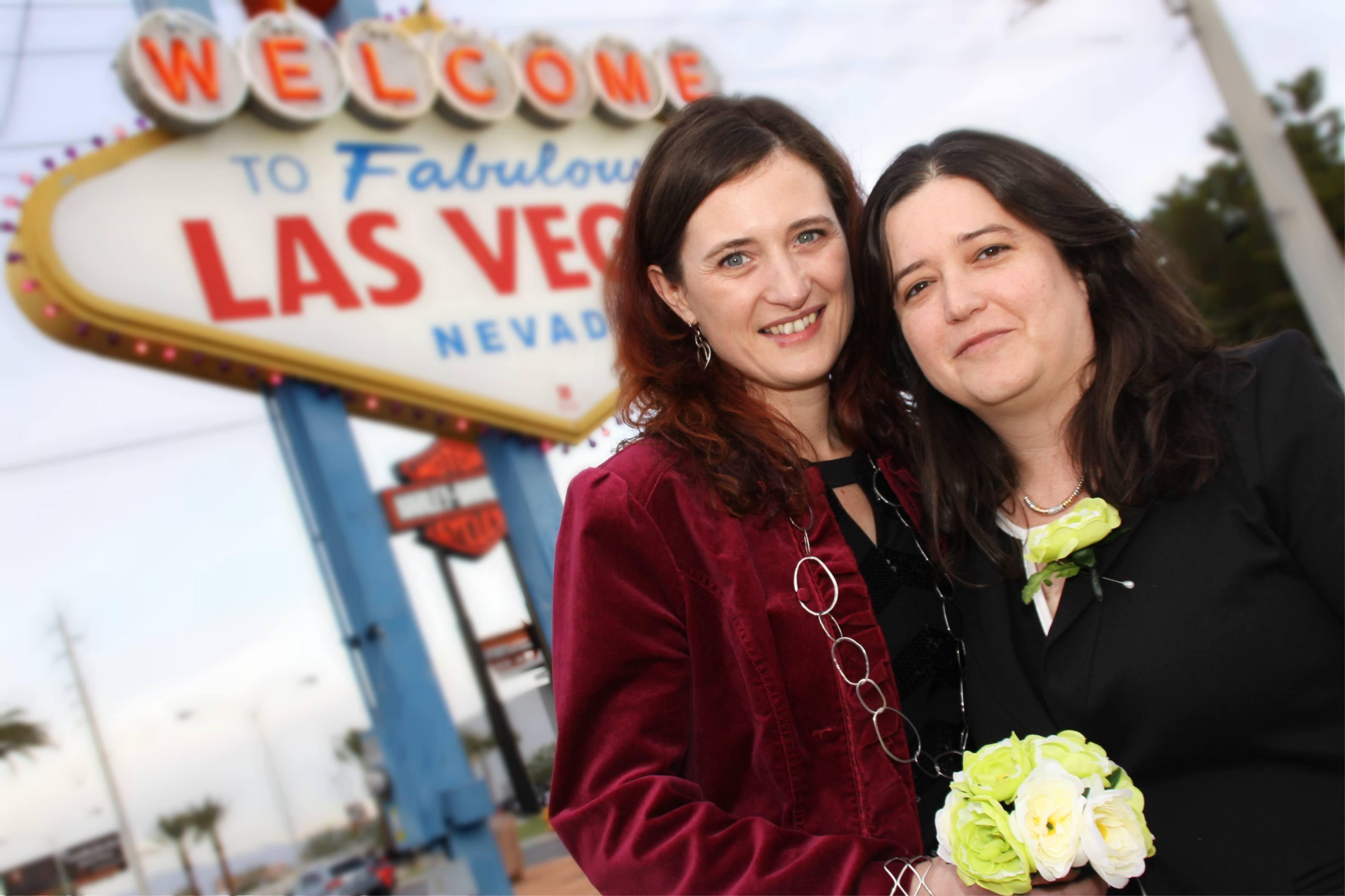Las Vegas sign weddings are always fun